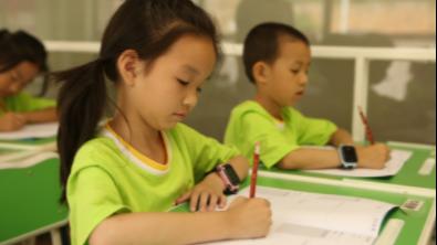 【凤凰网报道】双师课堂让孩子们的课后时光发生巨大变化