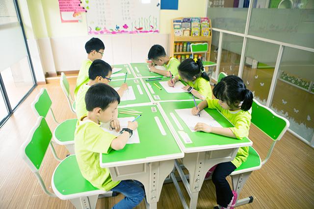 校外培训课堂,孩子自主学习中