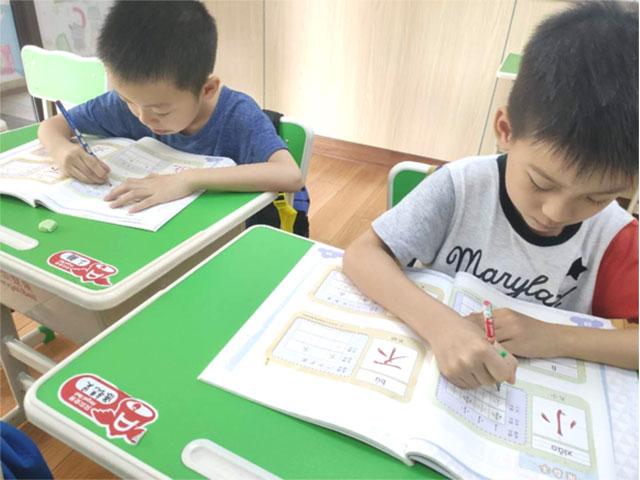 妙习字课堂,孩子们认真练字中